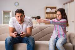 遭受计算机游戏瘾的年轻家庭 免版税库存图片