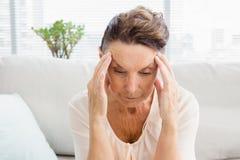 遭受头疼的被激怒的妇女特写镜头  免版税库存照片