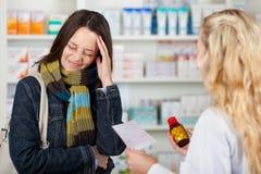 遭受头疼的顾客购买从Pharma的医学 库存照片