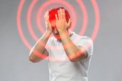 遭受头痛的不快乐的人 免版税库存照片
