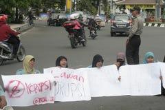 遮掩反对腐败的男女共学抗议在独奏城市 免版税库存图片