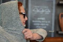 遮掩设法的妇女掩藏 库存照片