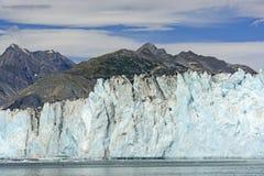 遮暗山的冰河墙壁 免版税库存照片