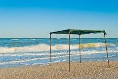 遮篷眺望台机盖由布料和金属制成,以海和天空为背景 图库摄影