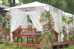 遮篷边路咖啡馆在庭院里 库存图片