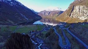 遮蔽盖朗厄尔峡湾挪威鸟瞰图在向后飞行的晴天 股票视频