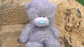 遮蔽spreding在abandonded长毛绒玩具灰色玩具熊寂寞概念,童年,乡情,灾害记忆  影视素材