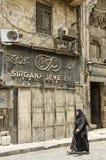 遮遮掩掩妇女在开罗老镇埃及 免版税库存图片