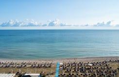 遮阳伞和beachline鸟瞰图在Marotta 对旅行和假日概念 免版税库存图片