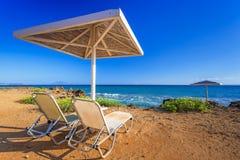 遮阳伞和deckhcair在香蕉海滩扎金索斯州 库存图片