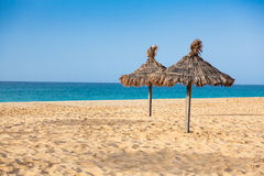 遮阳伞在圣玛丽亚在婆罗双树海岛-佛得角- Cabo靠岸 免版税库存图片
