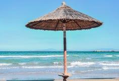 在海岸的遮阳伞 库存图片