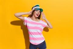 遮阳帘盖帽的呼喊的女孩 免版税库存图片