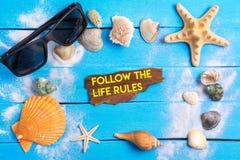 遵循生活规则发短信与夏天设置概念 免版税库存图片