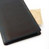避孕套在查出的黑色钱包里 库存照片