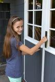 避暑别墅的少年女孩 免版税库存图片
