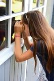 避暑别墅的少年女孩 免版税图库摄影