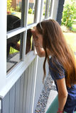 避暑别墅的少年女孩 库存图片