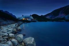 避难所在五个湖谷Tatra的晚上 图库摄影
