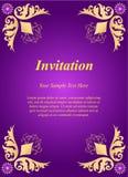邀请卡片,与金黄装饰物的喜帖在紫色b 免版税库存图片