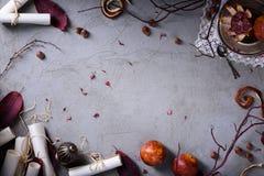 邀请或情书、红色桔子、榛子和叶子在灰色背景 华伦泰` s天或婚礼之日背景 名列前茅v 免版税库存照片