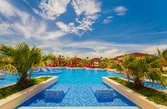 邀请普式火车旅馆令人惊讶的,巨大的看法舒适时髦的游泳池和地面  免版税库存图片