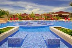 邀请普式火车旅馆令人惊讶的,巨大的看法舒适时髦的游泳池和地面 库存图片