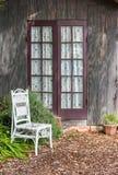 邀请的庭院椅子 库存图片