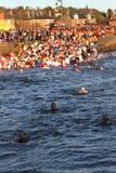 邓迪,英国- 1月1日: 参与在Broughty轮渡的新年Dook的游泳者怀有在2013年1月1日的邓迪。 每 库存图片