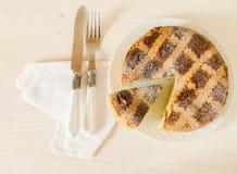 那不勒斯的复活节饼用麦子和乳清干酪在白色木桌上 免版税库存照片