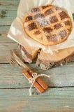 那不勒斯的饼用麦子和乳清干酪在木桌上 库存图片