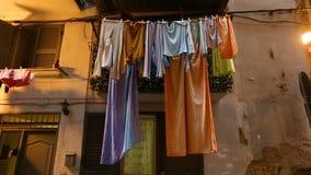 那不勒斯,在破旧的老房子阳台的洗衣店干燥恶劣的犯罪区  股票视频