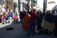 那不勒斯,意大利,2016年10月-街道音乐家使有他们的音乐的人振作 库存照片