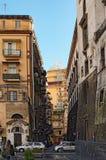 那不勒斯,意大利, 2017年1月05日:与公寓的一个普通的街道视图 库存照片