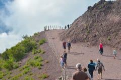 那不勒斯,意大利, 6月01日:攀登维苏威火山的游人,在那不勒斯, 2016年6月01日的意大利 库存图片