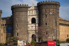 那不勒斯,意大利- 2018年11月04日, Castel Nuovo纽卡斯尔市以Maschio Angioino Angevin更著名保持和游览车 免版税库存照片