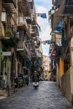 那不勒斯,意大利- 2017年11月30日:充分城市街道人 免版税库存照片