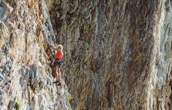 那不勒斯,意大利2017年9月-04 :一名未认出和运动妇女在海附近攀登山在一个热的夏天 免版税库存图片