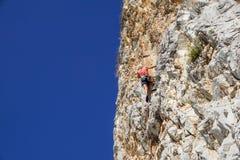 那不勒斯,意大利2017年9月-04 :一名未认出和运动妇女在海附近攀登山在一个热的夏天 免版税库存照片