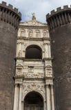 那不勒斯,意大利- 13/06/2018 :反对蓝天的Castel-Nuovo堡垒 意大利中世纪建筑学 图库摄影