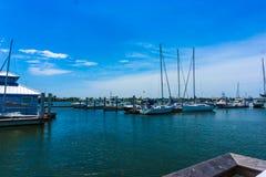 那不勒斯,美国- 2018年5月8日:小船小游艇船坞和江边在那不勒斯,佛罗里达 图库摄影