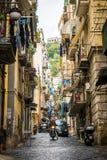 那不勒斯/意大利- 2017年11月30日:充分城市街道人我 免版税库存图片