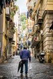 那不勒斯/意大利- 2017年11月30日:充分城市街道人我 库存图片