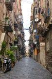 那不勒斯/意大利- 2017年11月30日:充分城市街道人我 免版税库存照片