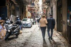 那不勒斯/意大利- 2017年11月30日:充分城市街道人我 库存照片