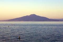 那不勒斯维苏威火山和海湾日出的 免版税库存照片