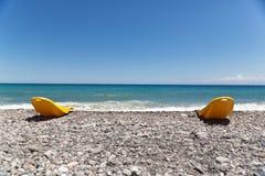 那些海滩睡椅等待我们! 免版税库存照片