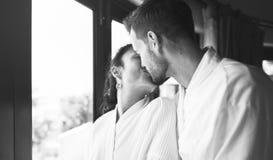 那时亲吻窗口的一对浪漫夫妇 免版税库存图片