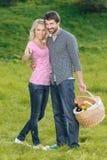 那是野餐的最佳的地方。爱恋的年轻夫妇去 免版税库存图片