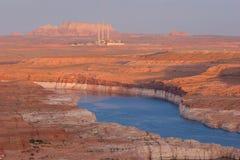 那瓦伙族人在湖鲍威尔后的能源厂 免版税库存照片